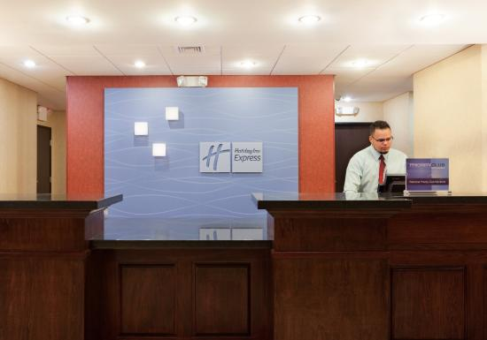 Holiday Inn Express Hotel & Suites: Front Desk