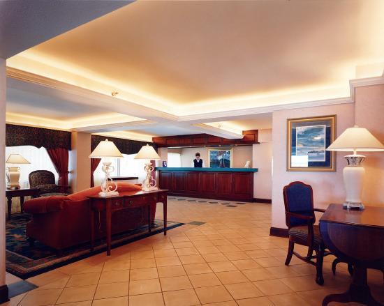 พอร์ตวอชิงตัน, วิสคอนซิน: Lobby of Holiday Inn Harborview Port Washinton