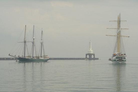 พอร์ตวอชิงตัน, วิสคอนซิน: 2 Schooners in Marina in front of Holiday Inn Port Washington