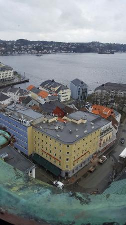Arendal, Noruega: Thon hotel seen from Trinity church