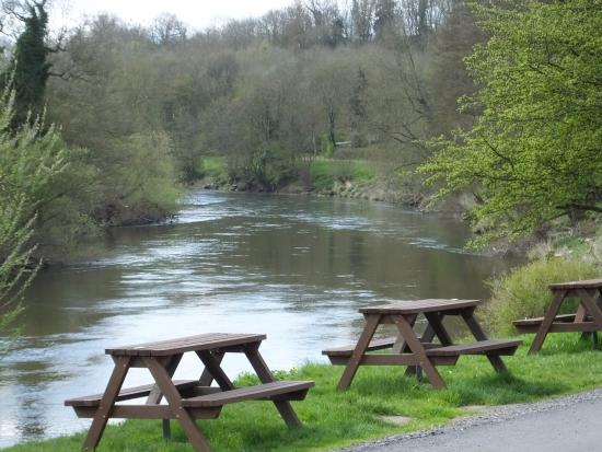 Highley, UK: View down river from front of the Ship Inn.