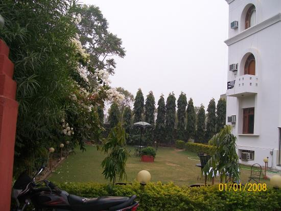Hotel Sanctuary Resort: Well Maintained Lawn &enjoy view of  Lush green Aravali Hill view from All Rooms