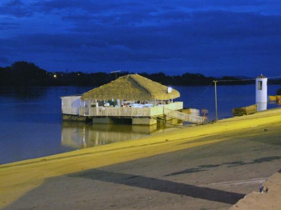 Floriano, PI: vista lateral do restaurante a noite