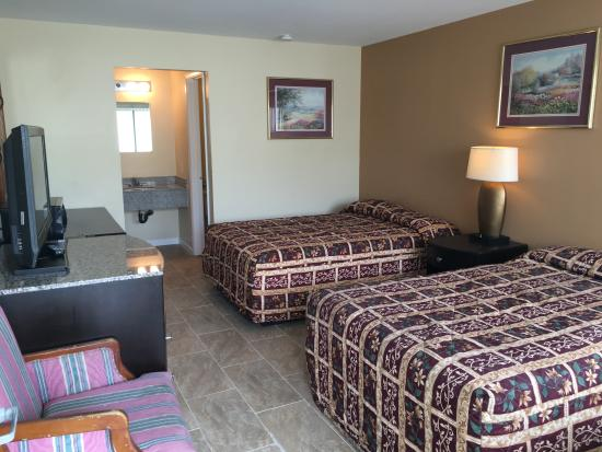 Sea Palace Motel: Two Double Beds