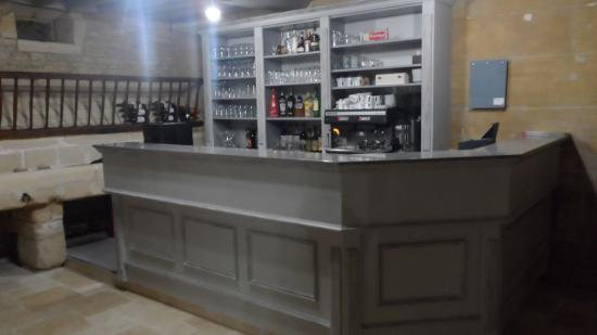 Thaon, Fransa: accueil et bar