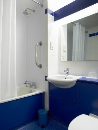 Barrow-in-Furness, UK: Bathroom with Bath