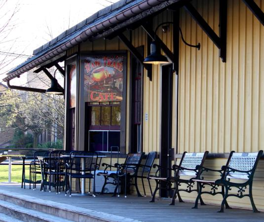 New Freedom, Pensilvania: Rail Trail Cafe provides outdoor seating for your enjoyment!