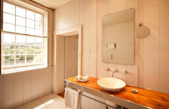 New Norfolk, Australia: Open plan bathroom with wide shower