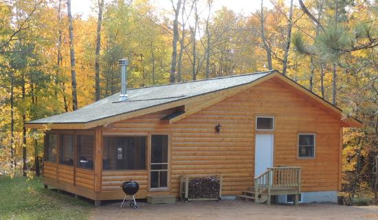 Northland Lodge: New cabin in 2015 - Cedar, 3 bedroom, 2 baths, fireplace and large screened in porch