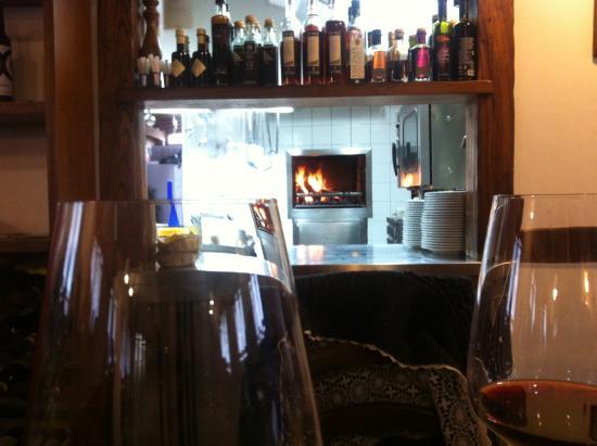 Vista diretta della cucina con forno a legna - Bild von Trattoria ...