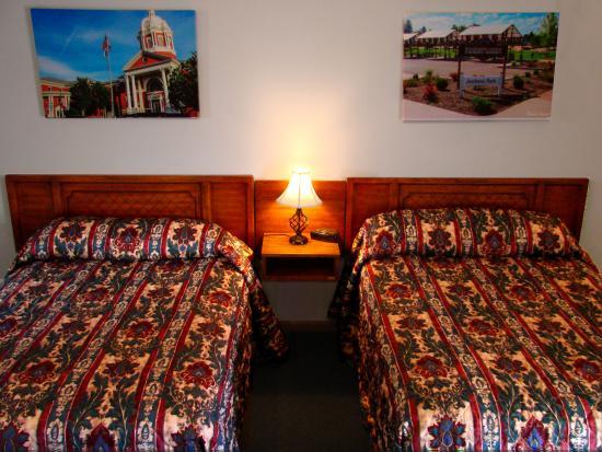 Centennial Motel: Double Double Room