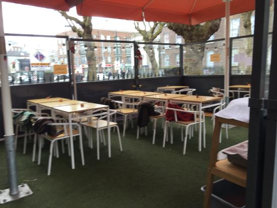 Hrabstwo Dublin, Irlandia: Outdoor dining area (complete with blankets! - in February)