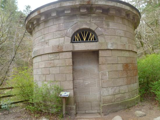 Dunkeld, UK: go inside this wee tower for a lovely view of the falls