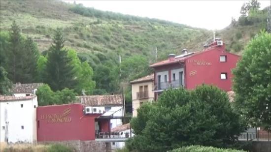 El Encanto del Moncayo: Vista del Hotel y el Restaurante. Al fondo la ladera del Moncayo.