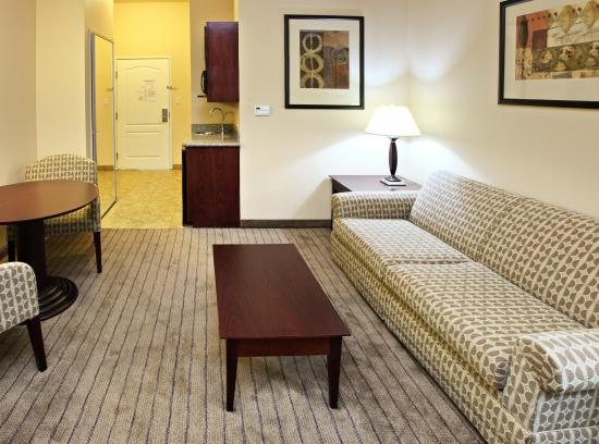 Holiday Inn Express & Suites Marshall: Suite