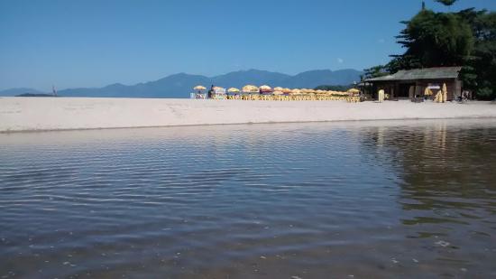 Praia de Sao Lourenco: Vista do rio de agua doce que vem da mata atlantica