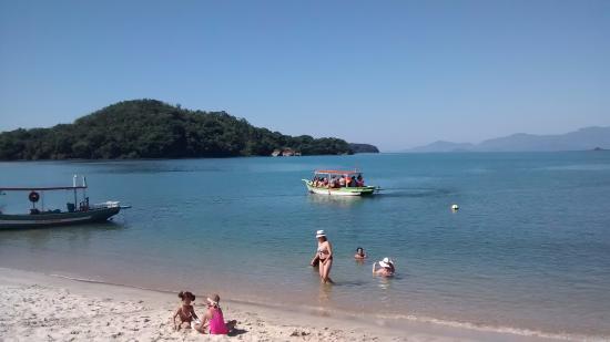Praia de Sao Lourenco, SP: Mar bem calmo. Ponto de travessia para ilhas.