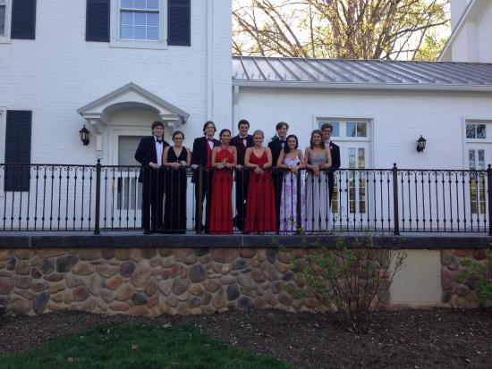 Tanglewood Park: prom photos with The Manor House in the background