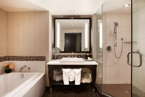 theWit - A DoubleTree by Hilton: Spa King Bathroom