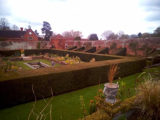 Lapworth, UK: Packwood House garden