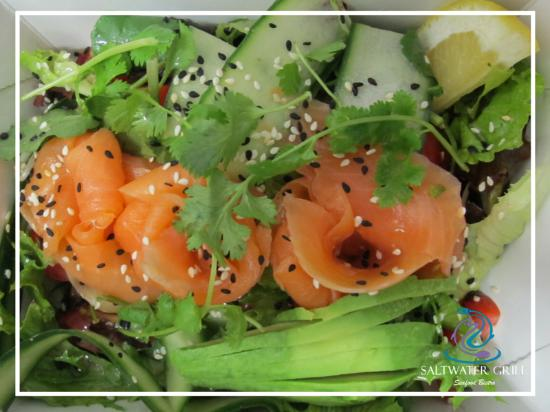 Pinelands, Sudáfrica: Smoked Salmon & Avocado Salad with fresh baby leaves, Cucumbers, Cherry Tomatoes, Shaved Beetroo