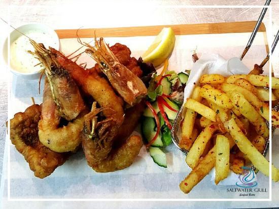 Pinelands, Sudáfrica: Perfectly fried Hake, prawns & chips combo, served with our signature tartar sauce