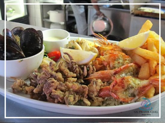 Pinelands, Sudáfrica: Our luxury mixed seafood platter with 6 Prawns, Calamari tubes, Mussels, Calamari tentacles, fis