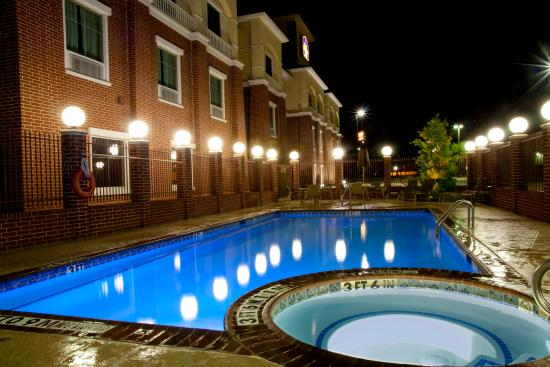 Duncanville, TX: Relax poolside or enjoy our hot tub.