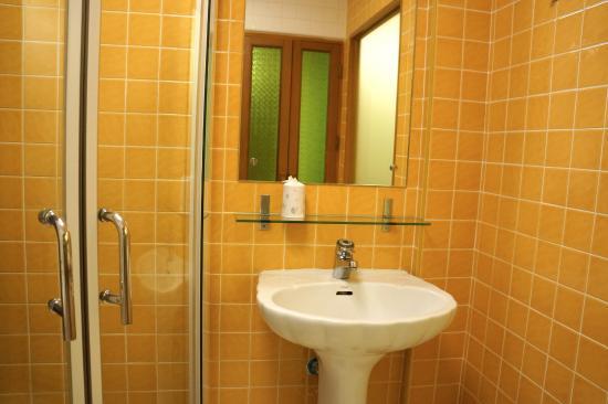 Golden House: bathroom (no bathtub)