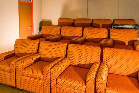 Econo Lodge Inn & Suites Warren: Theater