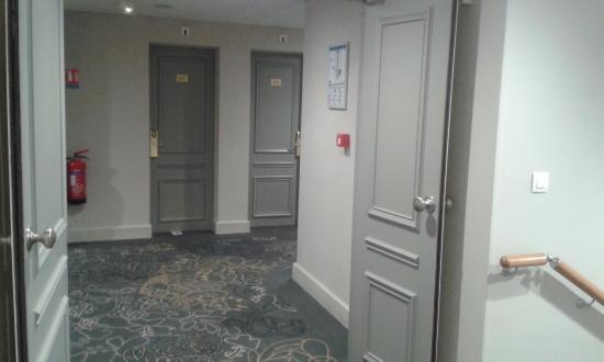 Bazas, Francja: couloir avec superbe moquette épaisse comme çà,