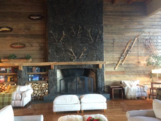 Hotel Cumbres Puerto Varas: Lobby fireplace