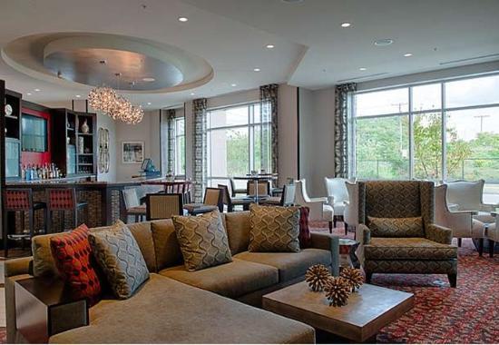 Chelsea, MA: Lobby Bar Seating Area
