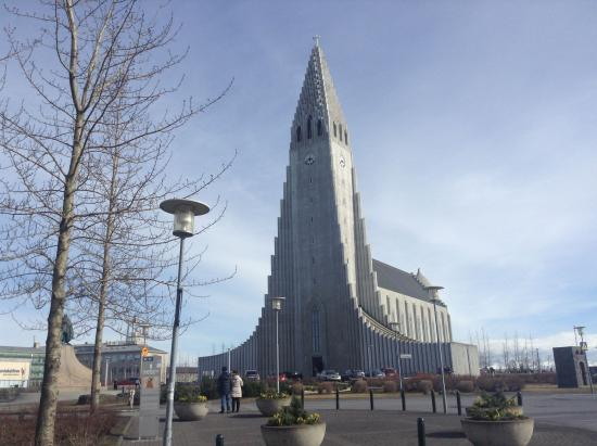 Guesthouse Sunna: picture of Hallgrimskirkja taken from our room