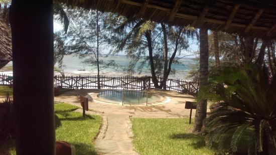 Kole Kole - Baobab Resort Diani: Jacuzzi Spa overlooking the beach