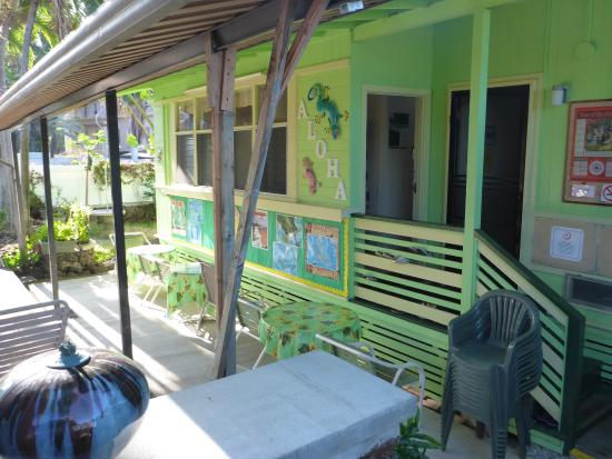 Hostelling International - Honolulu: Outdoor common area is partly covered and has weak wifi
