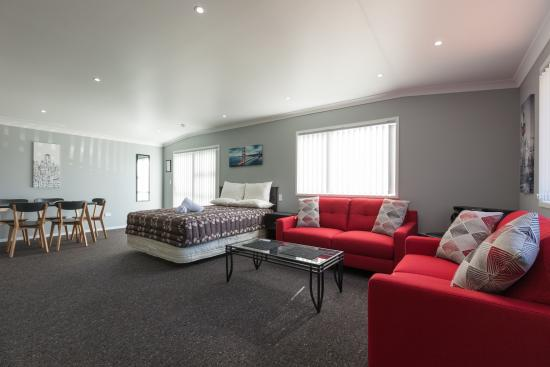 Clifton Court Motel: One Bedroom Family Unit Lounge