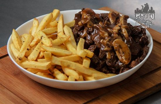 Gato Negro Pub: Filezinho - o coração da alcatra com molho madeira especial e batata frita temperada com lemon p