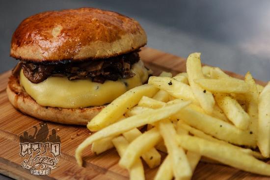 Gato Negro Pub: El toro - Hambúrguer 100% costela bovina com mix de cogumelos, queijo prato, molho aioli no pão