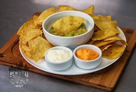 Gato Negro Pub: Mexicano - Guacamole com nachos, molho sourcream e cheddar