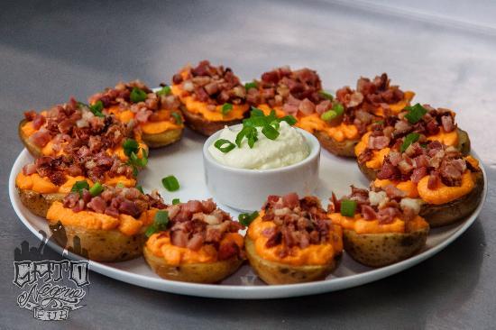Gato Negro Pub: Potato Skin - O especial da casa! batatas recheadas com cheddar e bacon com molho sourcream e ce