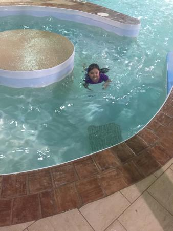 Winnipeg Thriftlodge: Kids swimming :)