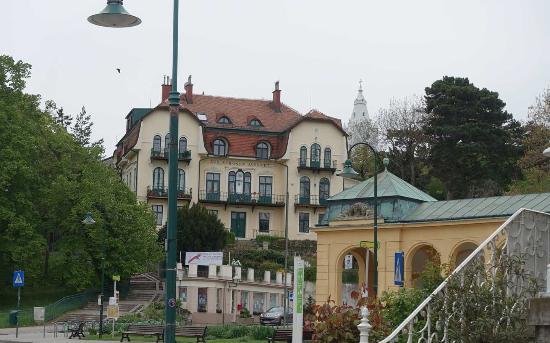 Bad Voeslau, Österrike: Un hôtel près de la station thermale