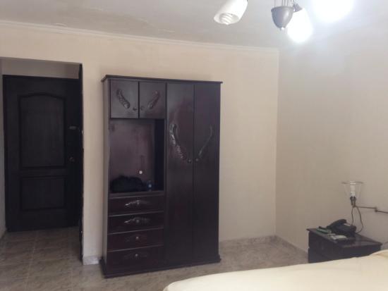 Hotel el Parador: Detalle de la habitación y closet para guardar pertenencias