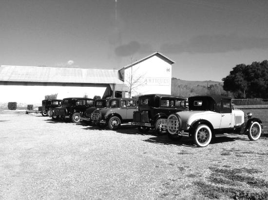 Los Alamos, Kalifornia: The Depot antique mall, having visit from an antique car show