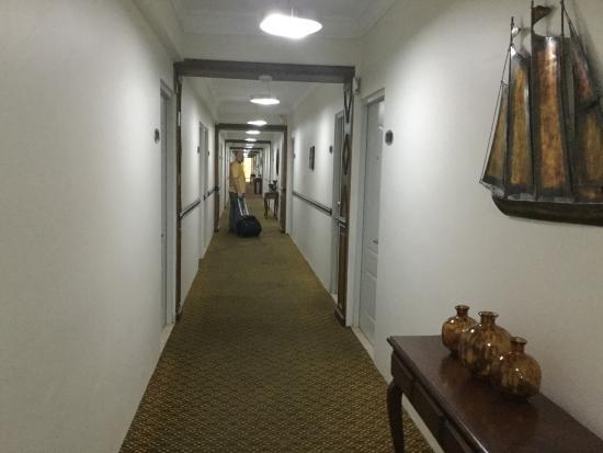 Hotel Century Plaza: hallway