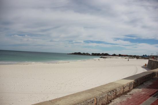 Sorrento, Australia: Beach across from hotel