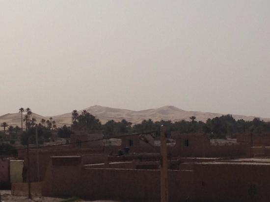 Guest House Merzouga: le dune viste dalla terrazza sul tetto, dove si può anche far colazione
