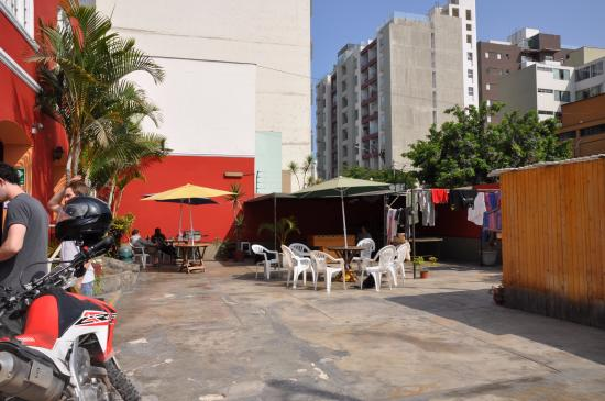Hitchhikers Backpackers Lima Hostel: This is the hostel court yard were people gather and socialize