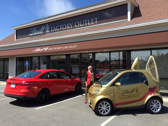 ‪‪Stratham‬, ‪New Hampshire‬: Exterior of building with their LINDT car:)‬